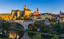 Bunte Stadt und Schloss Loket über Eger-Fluss im nahen von Ka lizenzfreies stockbild