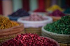Bunte Stapel von Kräutern und von Trockenblumengesteck an einem Markt klemmen in einem souk in Marrakesch, Marokko fest stockfotografie