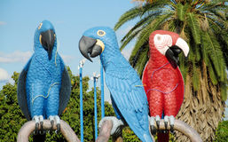 Bunte Statuen von blauen und roten Papageien in Brasilien Lizenzfreies Stockfoto