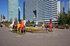 Bunte Statuen von Pferden in Astana lizenzfreie stockbilder