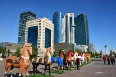 Bunte Statuen von Pferden in Astana stockfotos