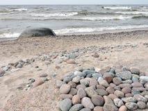 Bunte Steine auf Ostsee fahren, Litauen die Küste entlang Lizenzfreies Stockbild