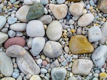 Bunte Steine auf Seeufer lizenzfreie stockfotografie