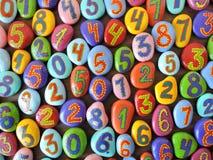 Bunte Steine mit gemalten Bewertungen Stockfotos