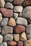 Bunte Steinmetzarbeit in der Wand Stockbilder