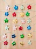 Bunte Sterne auf braunem Papier Lizenzfreies Stockfoto