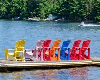 Bunte Stühle auf einem Dock Stockfoto