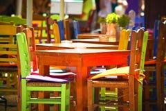 Bunte Stühle u. Tabellen Stockfotografie