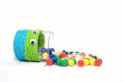 Bunte Stifte in cutie Schale lokalisiert Stockbild