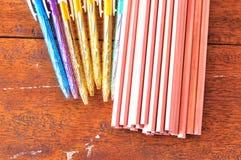 Bunte Stifte und Bleistifte auf hölzernem Hintergrund Stockbild