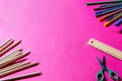 Bunte Stifte und Scheren für Handwerk und Lernen auf rosa backg Stockbild