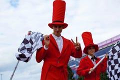 Bunte stiltwalkers in rote Kostüme stockfotos