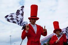 Bunte stiltwalkers in rote Kostüme lizenzfreies stockfoto