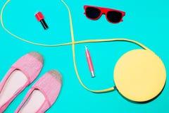 Bunte stilvolle weibliche Sommerzubehörsammlung auf blauem Hintergrund Lizenzfreies Stockfoto