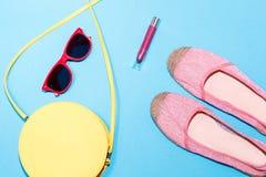Bunte stilvolle weibliche Sommerzubehörsammlung auf blauem Hintergrund Stockfoto