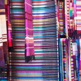 Bunte Stoffe in Marrakesch Stockfotografie