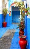 Bunte Straße des Kasbah des Udayas Lizenzfreie Stockfotos