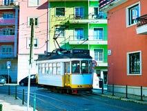 Bunte Straße Lissabons, Portugal Stockfotografie