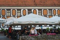 Bunte Straße mit Barrestaurant in barocker Stadt- Varazdin-Ansicht, touristischer Bestimmungsort, Nord-Kroatien Varazdin-Barock stockbilder