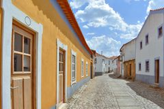 Bunte Straße am sonnigen Tag, Almeida Portugal lizenzfreies stockbild