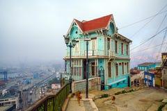 Bunte Straßenkunst, die Häuser in Valparaiso, Chile verziert Lizenzfreie Stockbilder