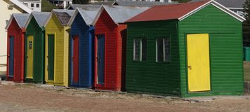 Bunte Strand-Hütten auf dem Ufer in Cape Town Stockfoto