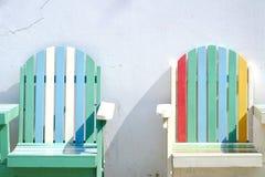 Bunte Strandbänke auf weißem Wandhintergrund Platz im im Freien lizenzfreie stockbilder