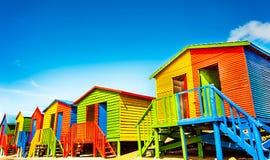 Bunte Strandhütten auf dem Strand von StJames Stockbilder