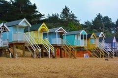 Bunte Strandhütten auf einem sandigen Strand, Nordmeer, Holkham-Strand, Vereinigtes Königreich Stockbilder