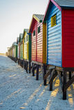 Bunte Strandhütten bei Muizenberg setzen, Cape Town, Südafrika auf den Strand Stockfoto