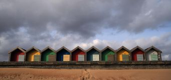 Bunte Strandhütten in Blyth, England lizenzfreie stockbilder