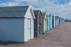Bunte Strandhütten durch die Küste Stockfoto