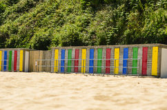 Bunte Strandhütten in Folge - horizontal Stockfotografie