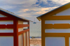 Bunte Strandhütten im guten Wetter Lizenzfreies Stockbild