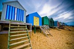 Bunte Strandhütten mit drastischem Himmel Lizenzfreie Stockfotos