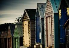 Bunte Strandhütten mit drastischem Himmel Lizenzfreie Stockbilder