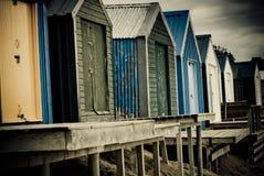 Bunte Strandhütten mit drastischem Himmel Stockfotografie
