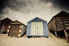 Bunte Strandhütten mit drastischem Himmel Stockfoto