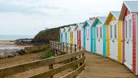 Bunte Strandhütten nahe dem Ozean Stockbild