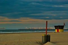 Bunte Strandkabine mit dem Hafen Zeebrugge im Hintergrund lizenzfreies stockfoto