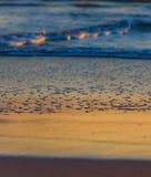 Bunte Strandreflexion an der Dämmerung Lizenzfreie Stockfotos