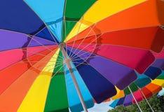 Bunte Strandregenschirme lizenzfreie stockbilder