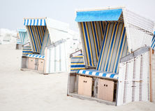 Bunte Strandstühle mit Streifen am Strand von St. Peter Ordi stockfotografie