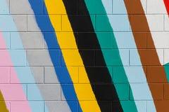 Bunte Streifen gemalt auf Wand Stockbilder