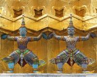 Zahlen der Riesen, die goldenes chedi tragen stockbilder