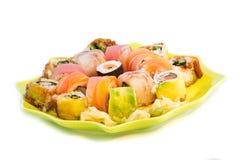Bunte Sushi eingestellt in eine grüne Platte Lizenzfreies Stockfoto