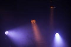 Bunte szenische Scheinwerferlichter mit starken Strahlen stockfotos