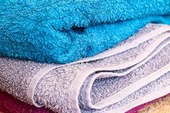 Bunte Tücher auf Bretterboden Stockfoto