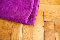 Bunte Tücher auf Bretterboden Stockfotografie