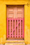 Bunte Tür mit rosa Tor Stockfotos